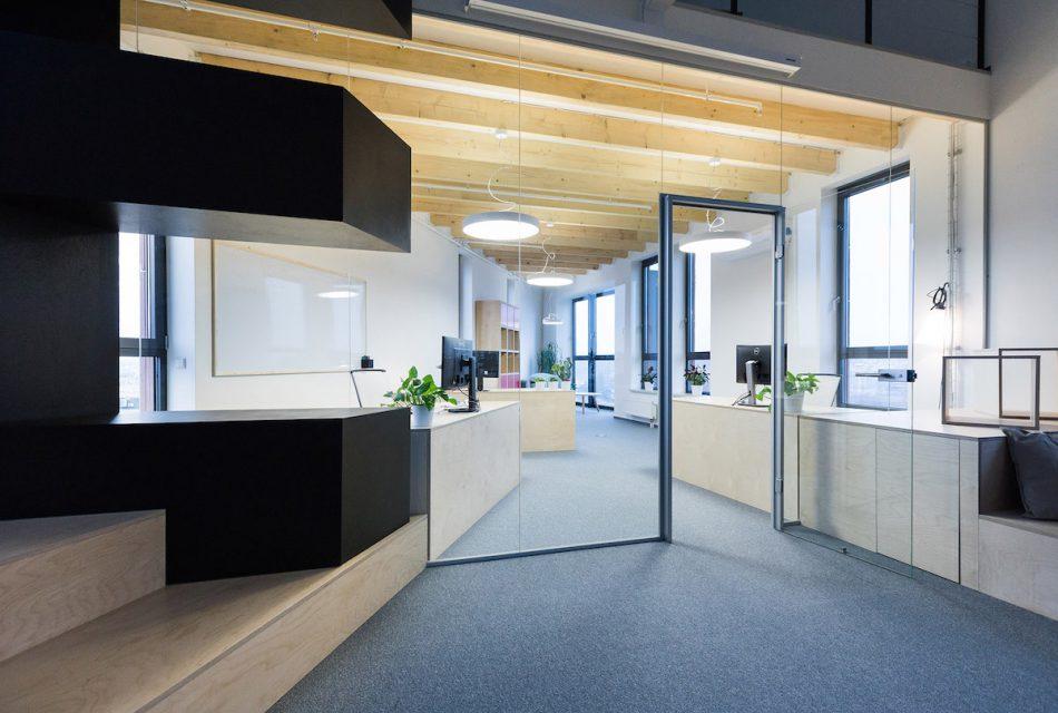 Vedení firmy sídlí v prosklené části ve špičce budovy