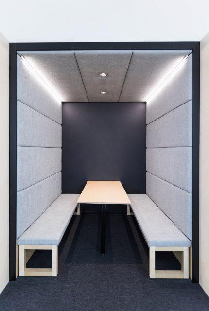 Vnitřek silentboxu, odhlučněného prostoru