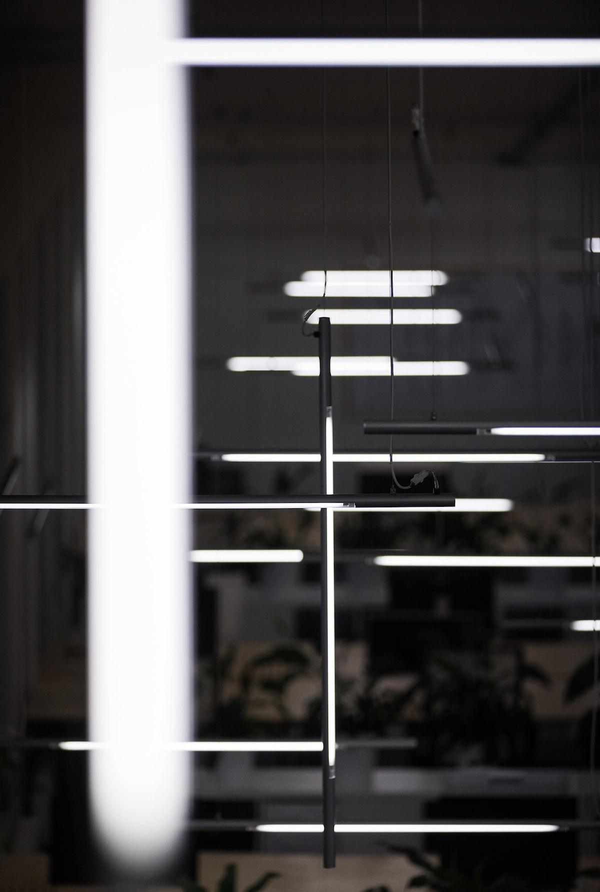 K osvětlení prostoru slouží 112 závěsných svítidel