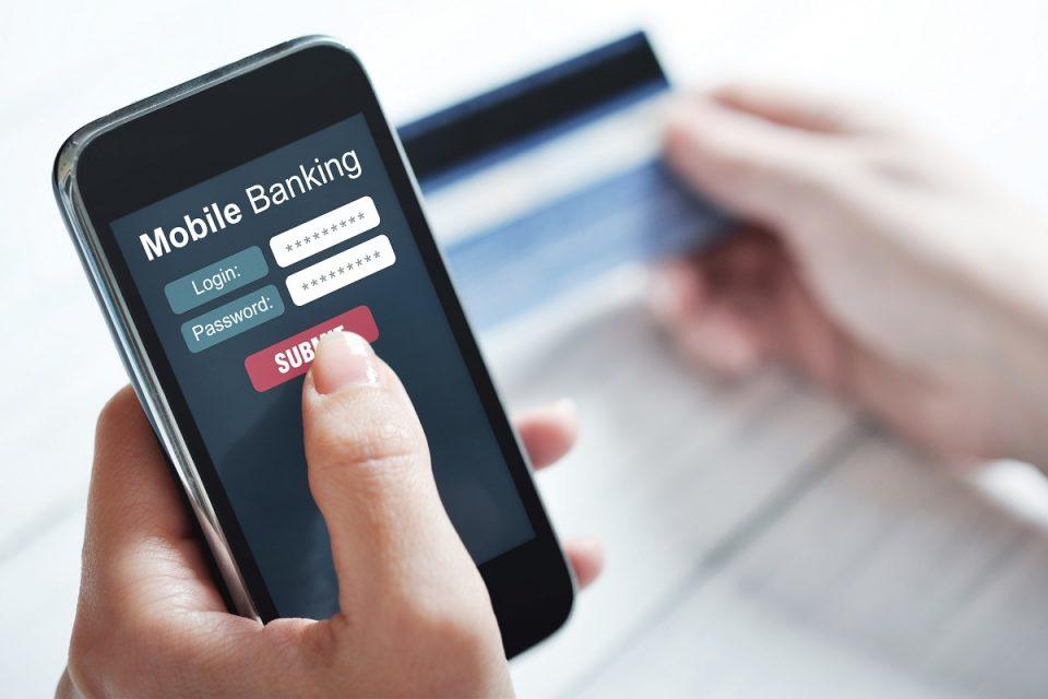 Roste počet uživatelů mobilního bankovnictví. Za měsíc se přihlásí v průměru dvaadvacetkrát