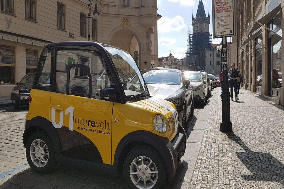 Společnost Revolt nabízí pronájem malých elektroaut za 4 koruny na minutu. Jejich výhodou je možnost parkování téměř kdekoli