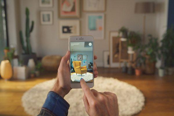 Ikea Place je dostupná i pro Android. Rozšířená realita zobrazuje nábytek v místnosti